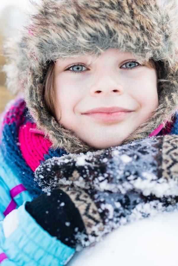 Diversión del invierno - retrato de la muchacha feliz del niño en un paseo del invierno fotografía de archivo libre de regalías