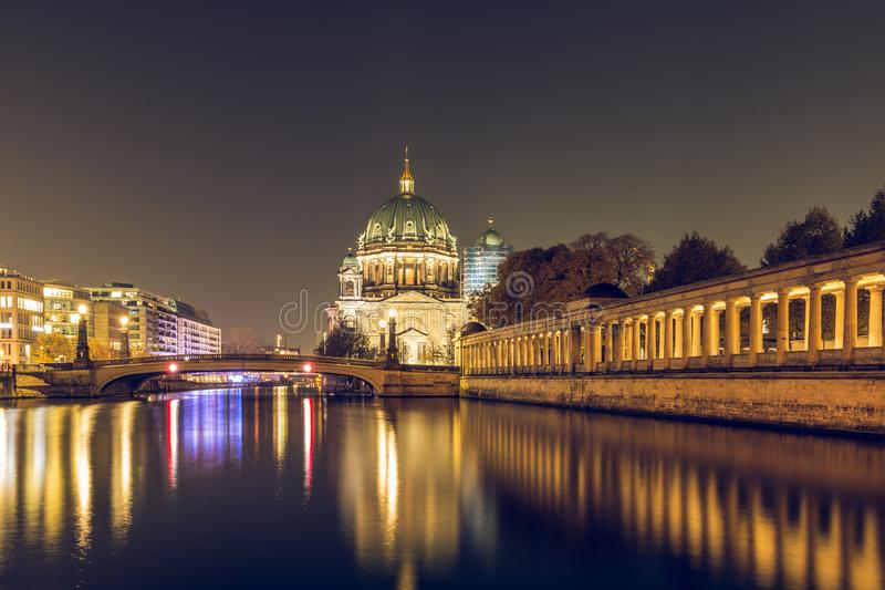Diversión del río con el puente y Berlin Cathedral de Friedrichs por noche imagen de archivo