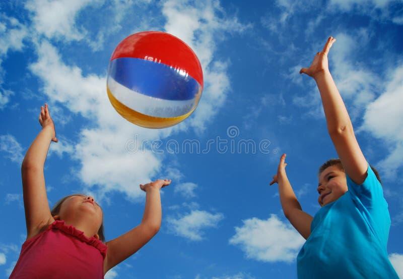 Diversión del verano de la bola de playa fotografía de archivo libre de regalías