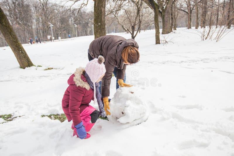 Diversión en parque en el invierno imagen de archivo