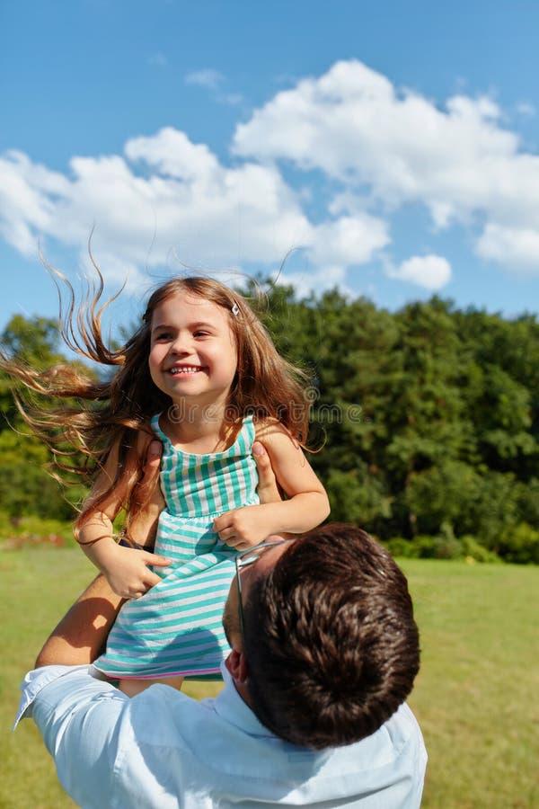 Diversión feliz de And Child Having del padre que juega al aire libre Tiempo de la familia foto de archivo