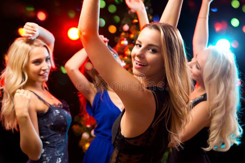 Diversión feliz de las muchachas dansing foto de archivo libre de regalías