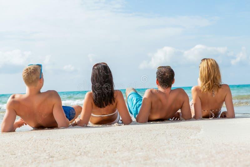 Download Diversión Feliz Joven Del Havin De Los Amigos En La Playa Imagen de archivo - Imagen de amigos, grupo: 41906105