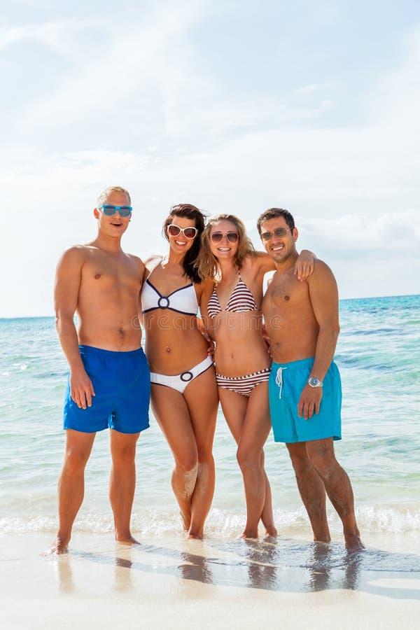 Download Diversión Feliz Joven Del Havin De Los Amigos En La Playa Foto de archivo - Imagen de alegre, holidays: 41906294