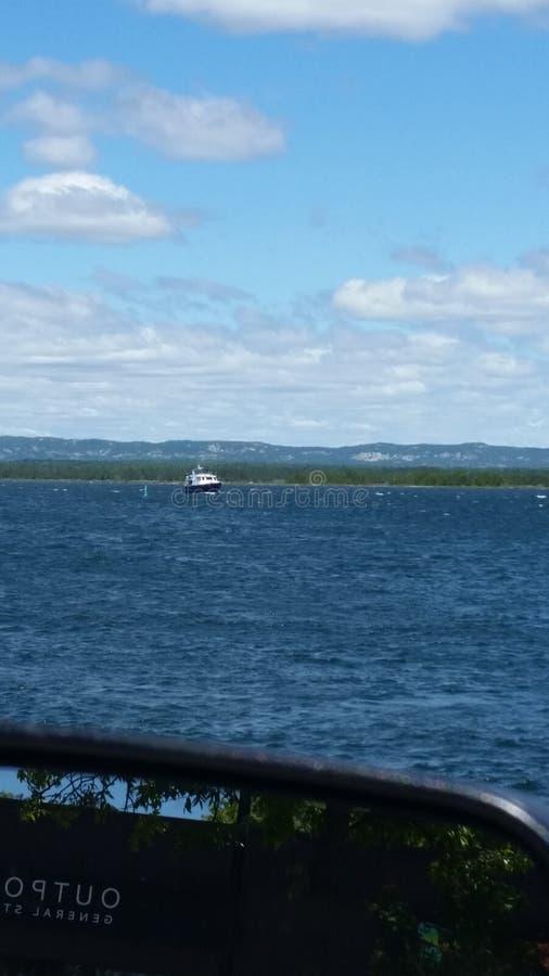 Diversión hacia fuera en un lago fotografía de archivo