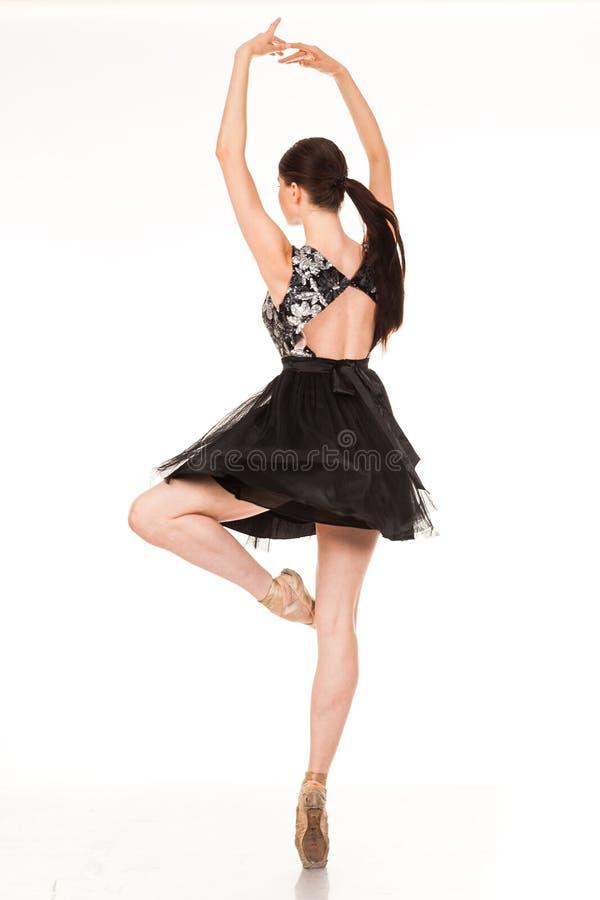Diversión hermosa del baile de la muchacha en la cámara, presentando contra el fondo blanco foto de archivo libre de regalías