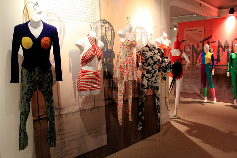 Diversión y trajes coloridos de la danza en el objeto expuesto asombroso en danza contemporánea, museo nacional de la danza, Sara imagen de archivo
