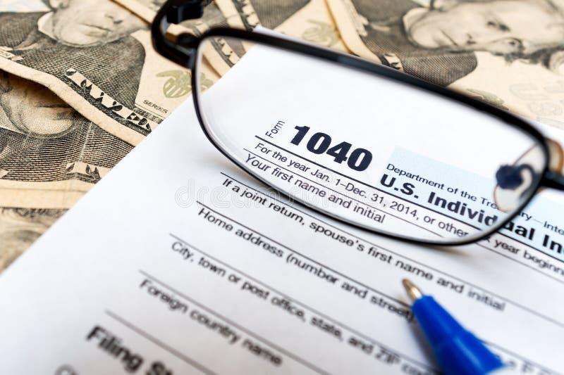 Diversi forma, vetri e banconote in dollari di dichiarazione dei redditi degli Stati Uniti 1040 con la penna immagini stock libere da diritti