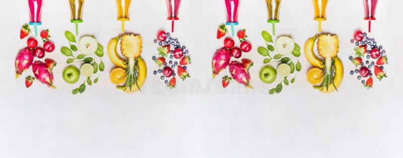 Diversi frullati sani di frutti con gli ingredienti variopinti su fondo di legno bianco, vista superiore, insegna fotografie stock