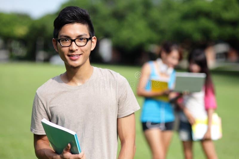 Diversidad del estudiante universitario en campus universitario imagen de archivo
