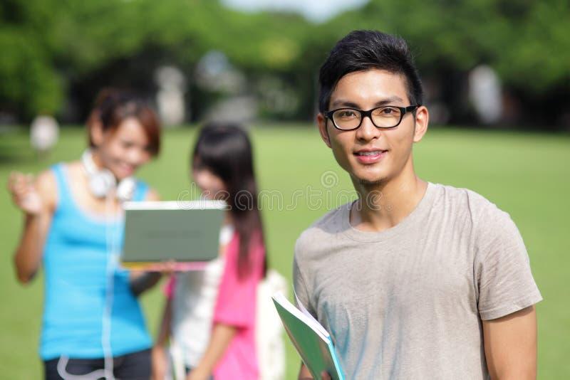 Diversidad del estudiante universitario en campus universitario fotos de archivo