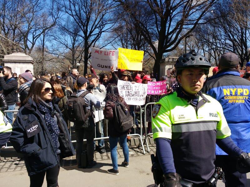 Diversidad, NYPD, asuntos de la comunidad, pelotón de la bici, marzo por nuestras vidas, protesta, Columbus Circle, NYC, NY, los  imagenes de archivo