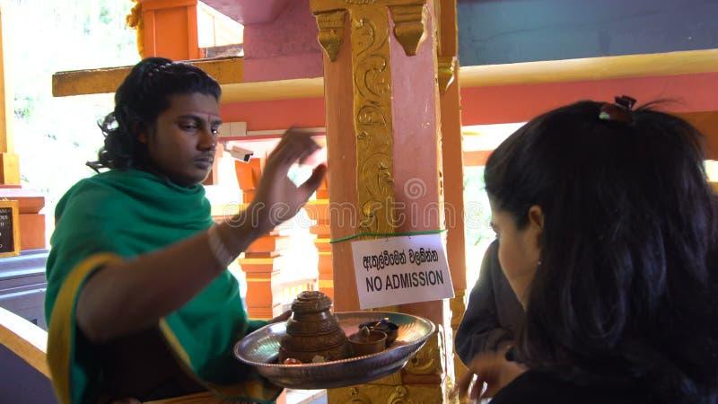 Diversidade cultural Hindu religioso Person Blessing People, Sri Lanka - 10 de fevereiro de 2017 filme