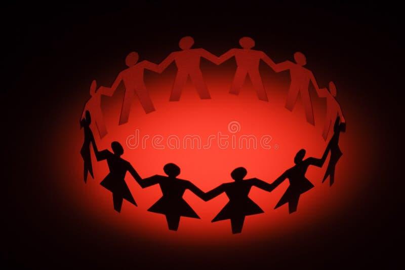 Diversifique os povos Chain de papel fotografia de stock royalty free