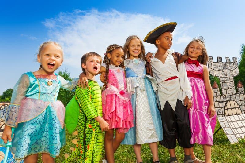 Diversità dei bambini nello stare dei costumi di festival immagine stock libera da diritti