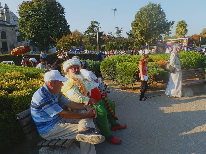 Diversità - la gente ad un parco nel centro storico di Costantinopoli, Turchia fotografia stock libera da diritti