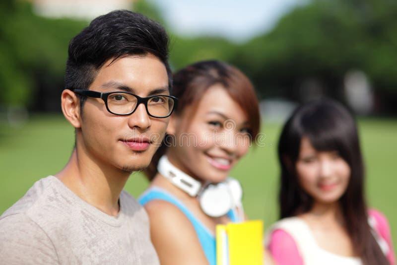 Diversité d'étudiant universitaire sur le campus universitaire images stock