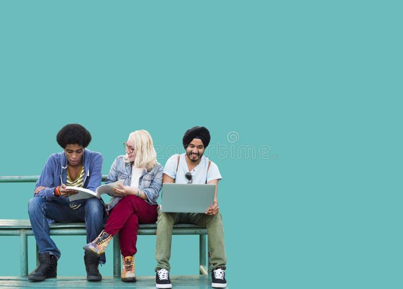 Diversité d'étudiants apprenant l'éducation sociale de media photo stock