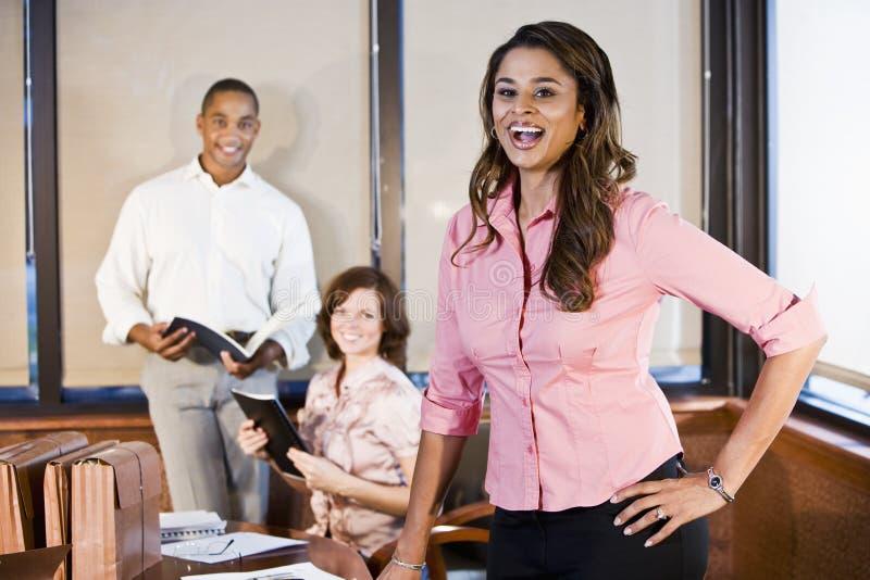 Diversité dans le lieu de travail, contact de salle de réunion image stock