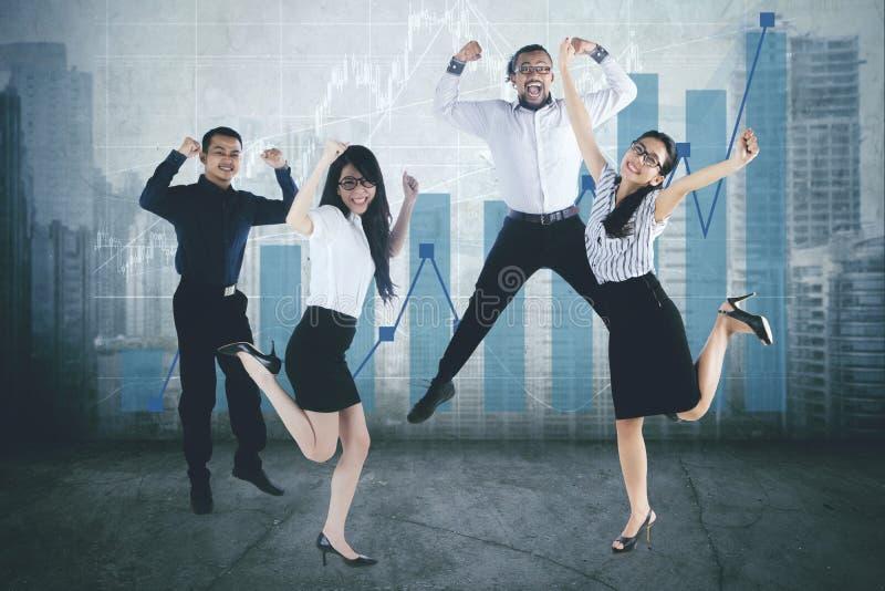 Diversiteits het commerciële team vieren succes samen stock foto's