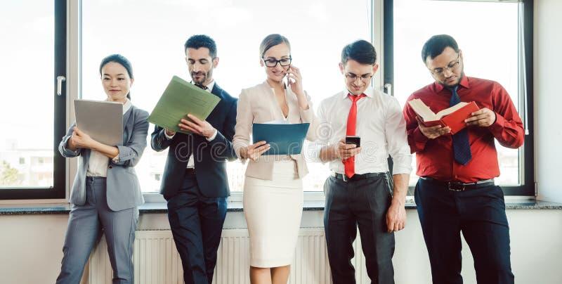 Diversiteitsteam van bedrijfsmensen die in het bureau werken stock foto's