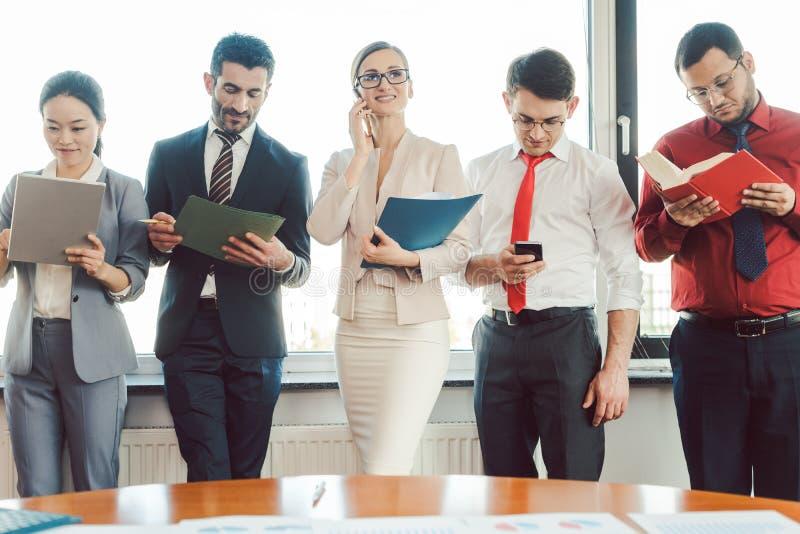 Diversiteitsteam van bedrijfsmensen die in het bureau werken royalty-vrije stock foto