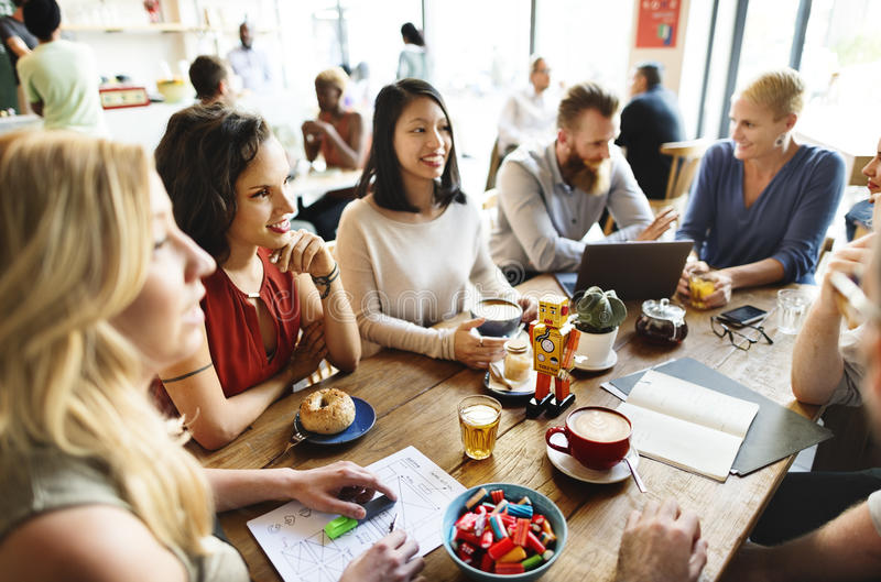 Diversiteitsvrienden die de Brainstormingsconcept ontmoeten van de Koffiewinkel royalty-vrije stock afbeelding