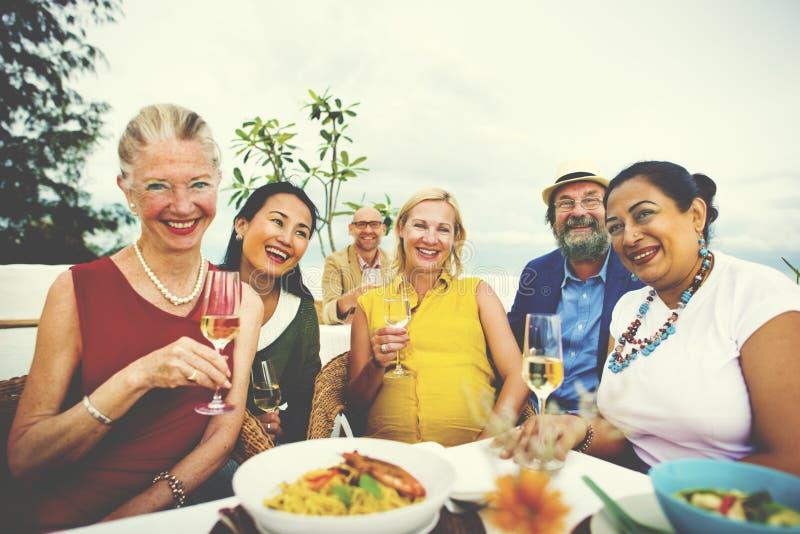 Diversiteitsvrienden die uit Partij het Dineren Concept hangen royalty-vrije stock fotografie