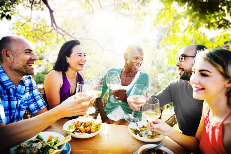 Diversiteitsvriendschap die uit Hangend Middagmaalconcept dineren royalty-vrije stock fotografie
