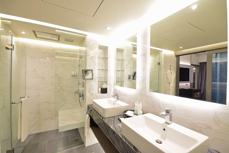 Diverso ángulo del cuarto de baño de la habitación de hotel de lujo con concepto negro y blanco del mármol de Carrara imágenes de archivo libres de regalías