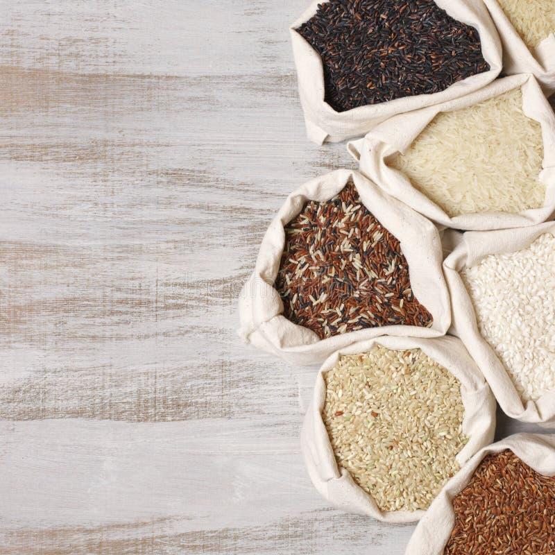 Diverso arroz en bolsos fotografía de archivo libre de regalías