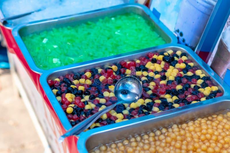 Diverso caramelo colorido de la perla en la bandeja fotos de archivo
