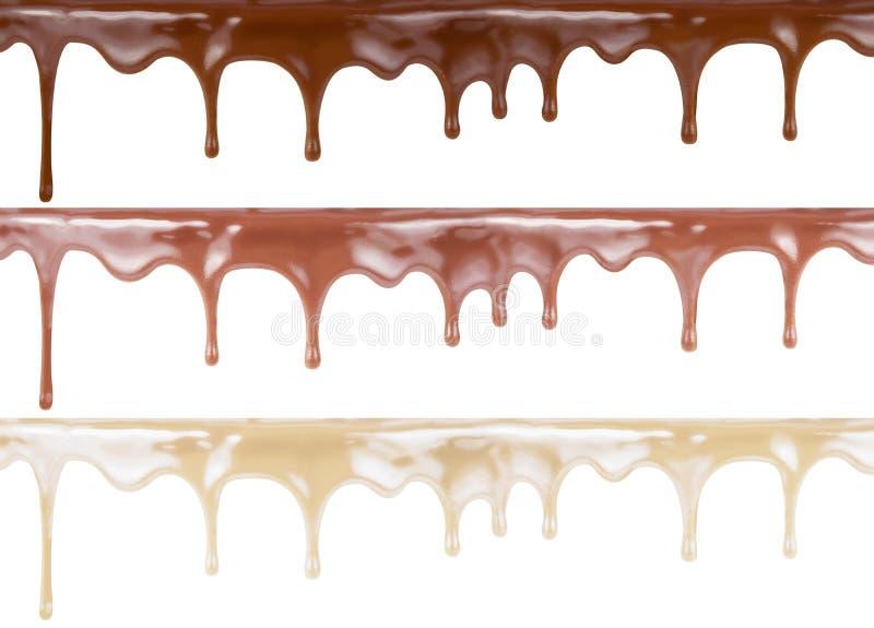 Diverso chocolate del derretimiento en el top de la torta aislado en fondo Se incluyen la oscuridad, la leche y la blanca fotos de archivo libres de regalías