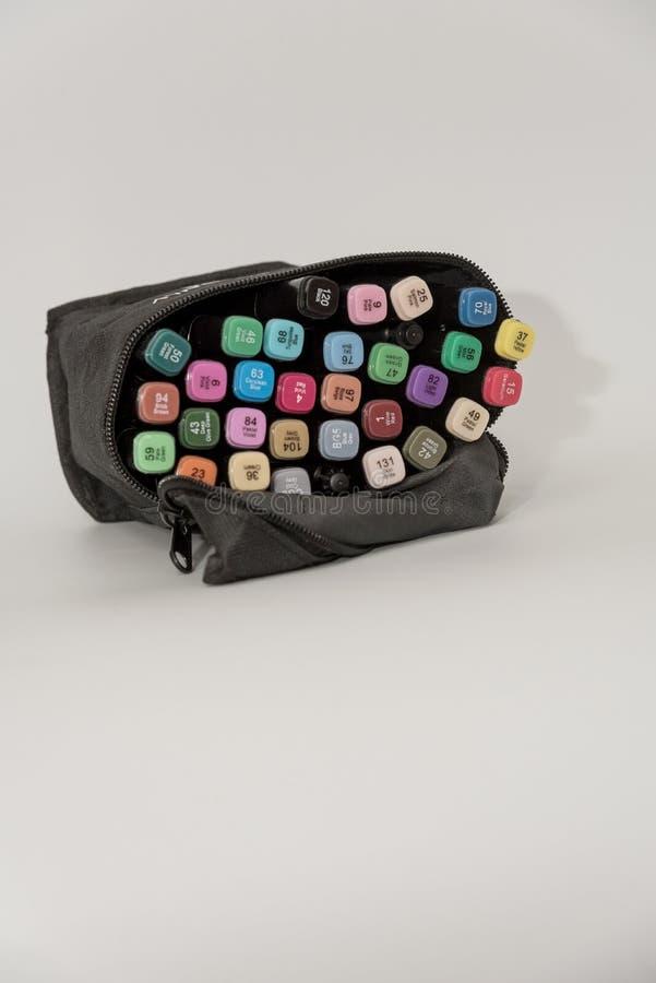 Diverso color de las plumas de la marca en bolso negro imágenes de archivo libres de regalías