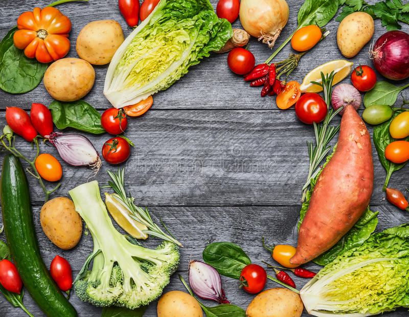 Diverso colorido de las verduras orgánicas de la granja en el fondo de madera azul claro, visión superior Comidas sanas, el cocin imagen de archivo libre de regalías