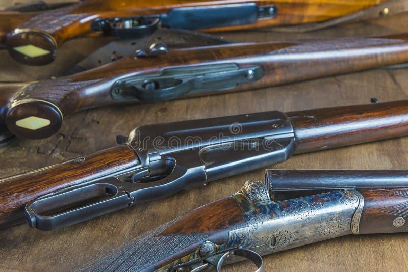 Diverso de rifles y de carabinas de búsqueda hermosos fotos de archivo libres de regalías