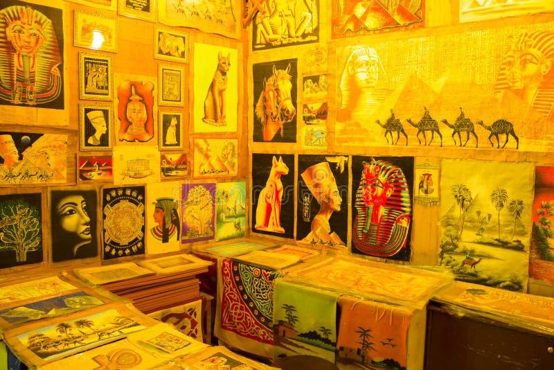 Diverso del papiro con los elementos de la historia egipcia - objetos exhibidos en tienda en el bazar imagen de archivo libre de regalías