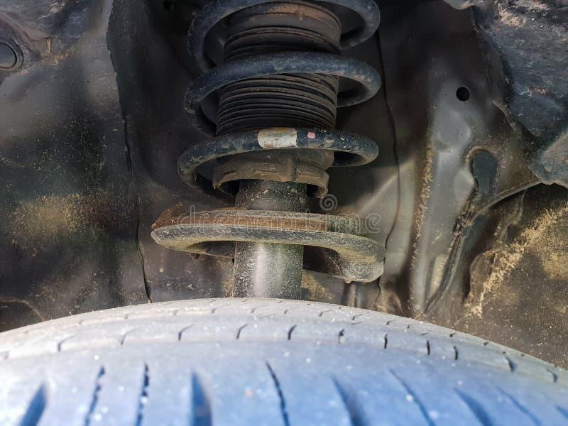 Diverso detalle de las piezas de un coche, cierre del coche encima del fango sucio imágenes de archivo libres de regalías