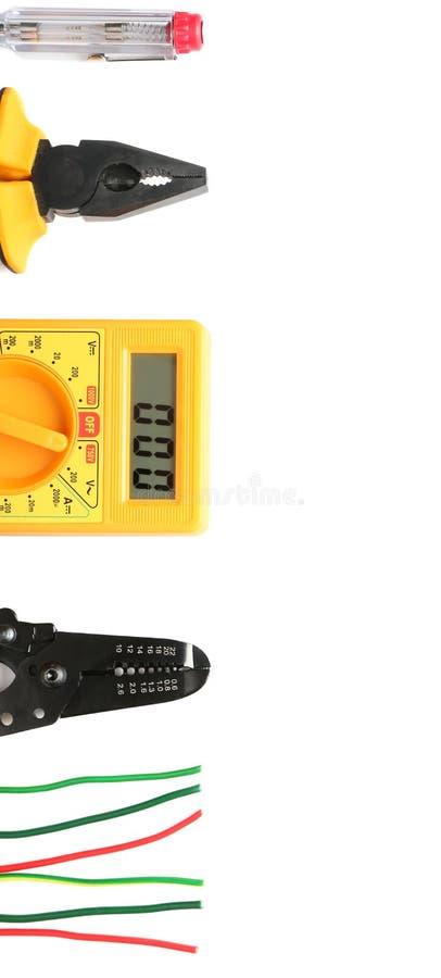 Diverso electricista \ 'herramientas de s con los cables en el fondo blanco fotos de archivo