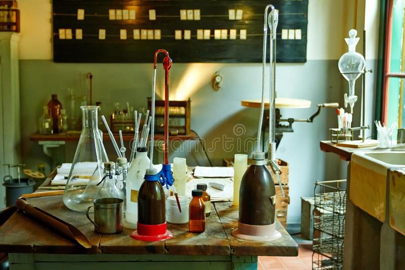 Diverso equipo en un laboratorio químico imagen de archivo libre de regalías