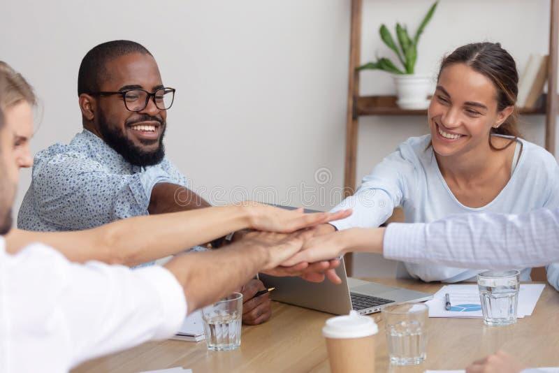 Diverso gruppo corporativo sorridente felice che si prende per mano insieme mostra dell'unit? fotografie stock