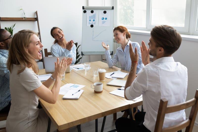 Diverso gruppo degli impiegati di concetto che ride e che applaude allo scherzo divertente fotografie stock libere da diritti