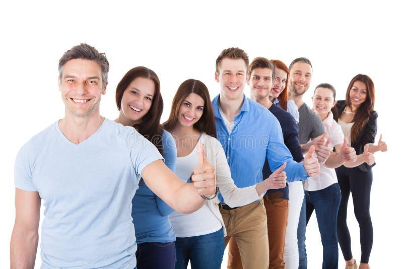 Diverso gruppo di persone che stanno nella fila immagine stock libera da diritti