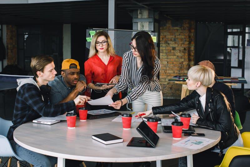 Diverso gruppo multietnico di gruppo creativo, di gente di affari casuale, o di studenti di college nella riunione o nel progetto immagini stock libere da diritti