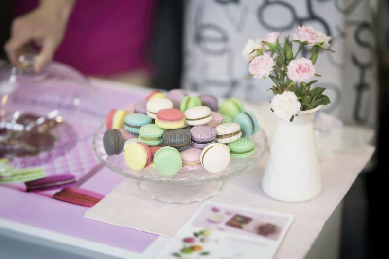 Diverso Macarons, primavera florece, las rosas, mano, fondo del pastel de la oferta Mañana romántica, regalo, presente para queri fotografía de archivo libre de regalías