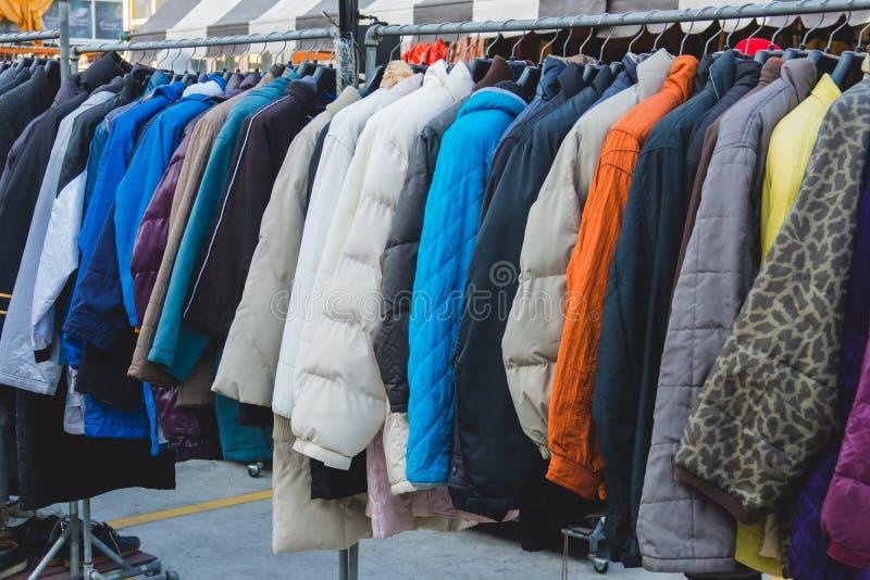 Diverso paño del invierno del estilo en el estante en tienda del invierno imagen de archivo