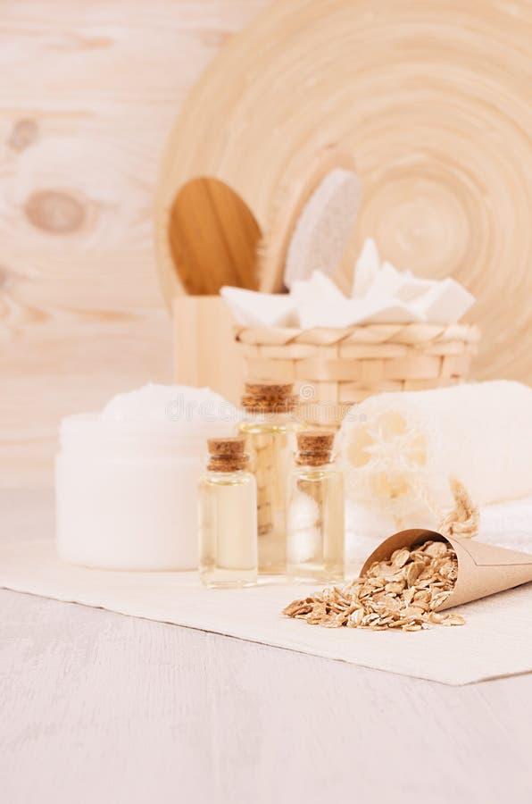 Diverso sistema de productos blanco del balneario para el cuidado del cuerpo y de piel como fondo cosmético rústico tradicional d foto de archivo libre de regalías