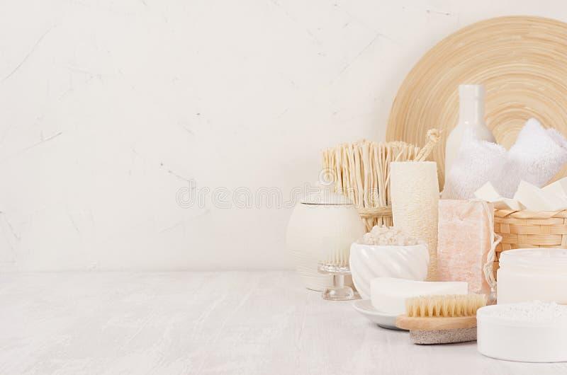 Diverso sistema de productos blanco del balneario para el cuidado del cuerpo y de piel y los accesorios de madera beige como eleg imagenes de archivo