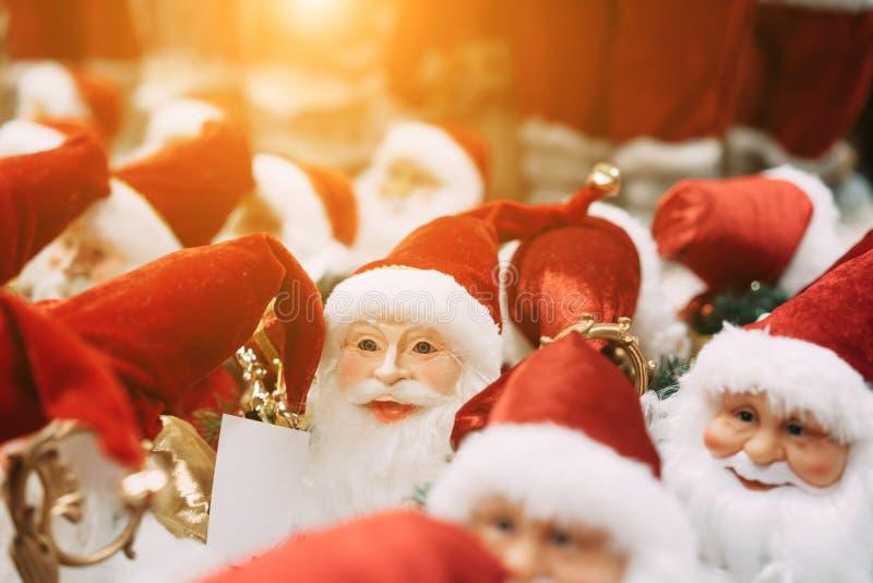Diverso suporte pequeno de Santa Clauses do brinquedo em um grupo imagem de stock royalty free