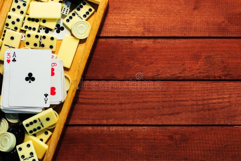 Diverso tablero de ajedrez de los juegos de mesa, naipes, dominós foto de archivo